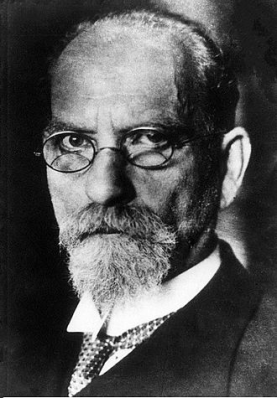 Black and white portrait photo of Edmund Hussrl